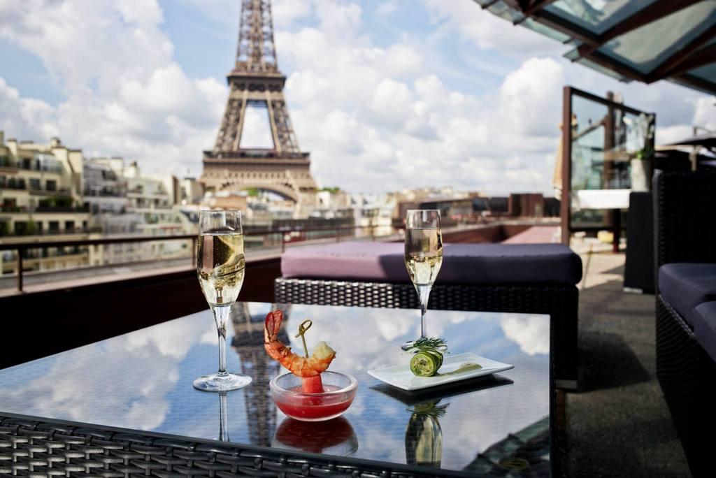 Французская кухня Ресторан на крыше музея набережной Бранли с видом на Эйфелеву башню