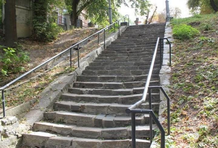 от дома Кумбари каменную лестницу к паромной переправе