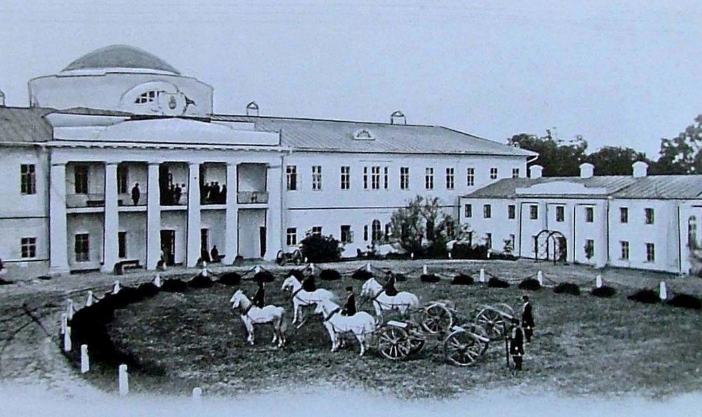 Парадный двор усадьбы Тарновских
