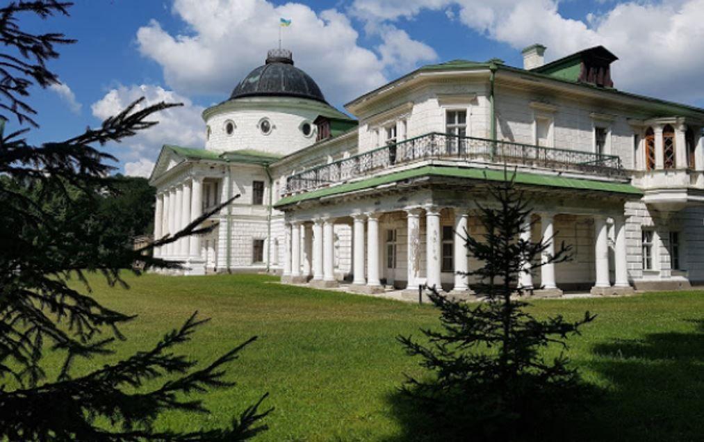 Колоннада, опоясывающая торцевой фасад дворца в Качановке