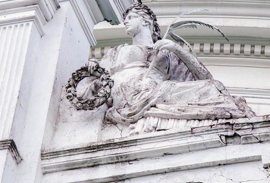 Скульптура рядом с центральной частью фронтона