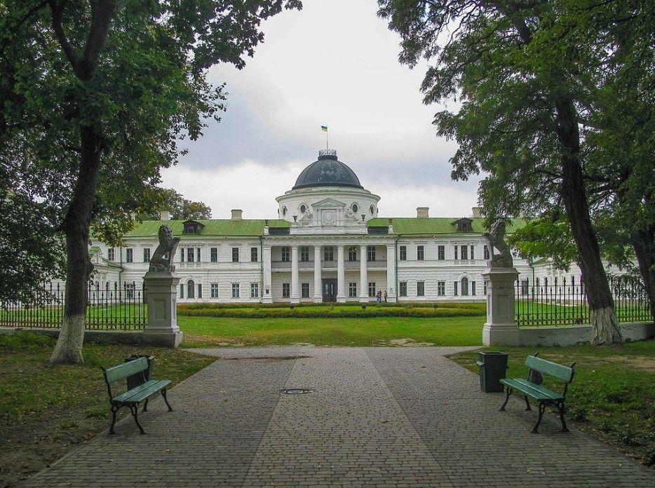 Главный фасад дворца Тарновских в Качановке