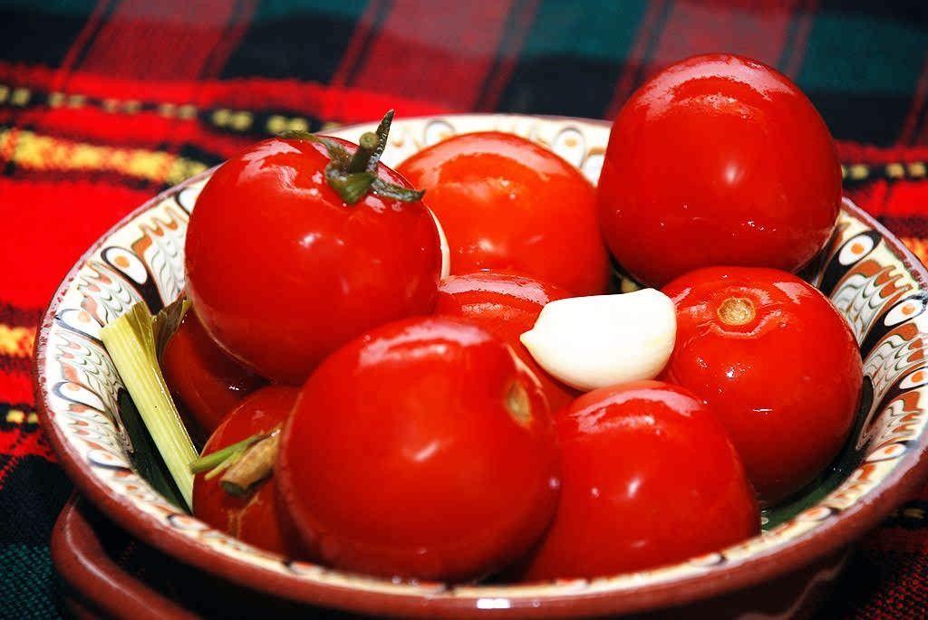 Малосольные помидоры с хреном