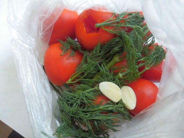 Малосольные помидоры с чесноком и зеленью в пакете