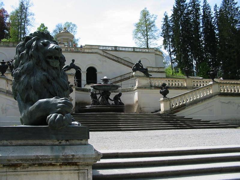 Львы и фонтан Наяд Линдерхоф