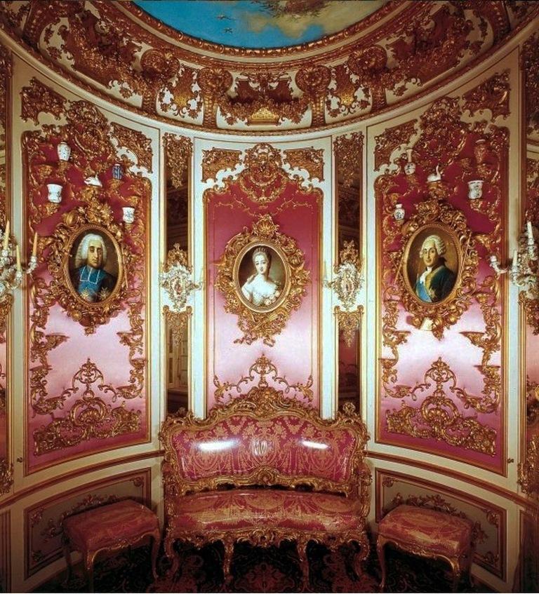 Розовый кабинет замка Линдерхоф (с портретами Французских королей, их фавориток и королев)