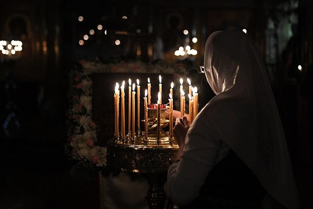 Рождество Пресвятой Богородицы 2020 - верующие ставят свечи о здоровье детей и матерей