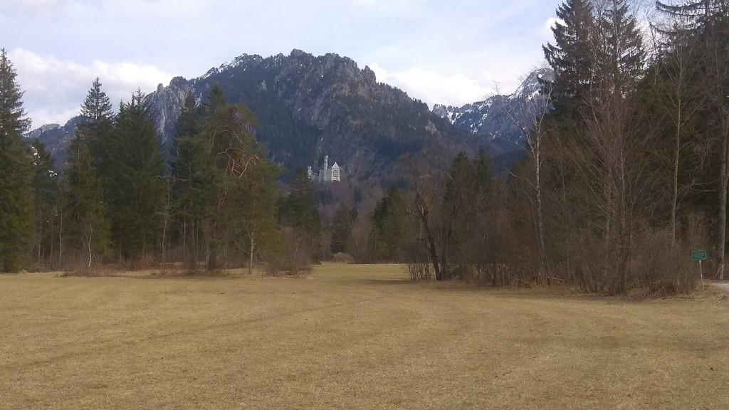 Вид на замок Нойшванштайн с тропы