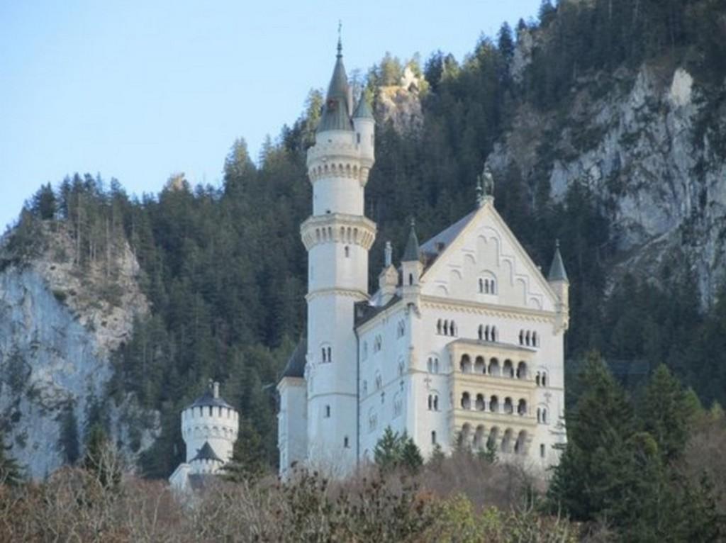 Вид на замок Нойшванштайн с дороги