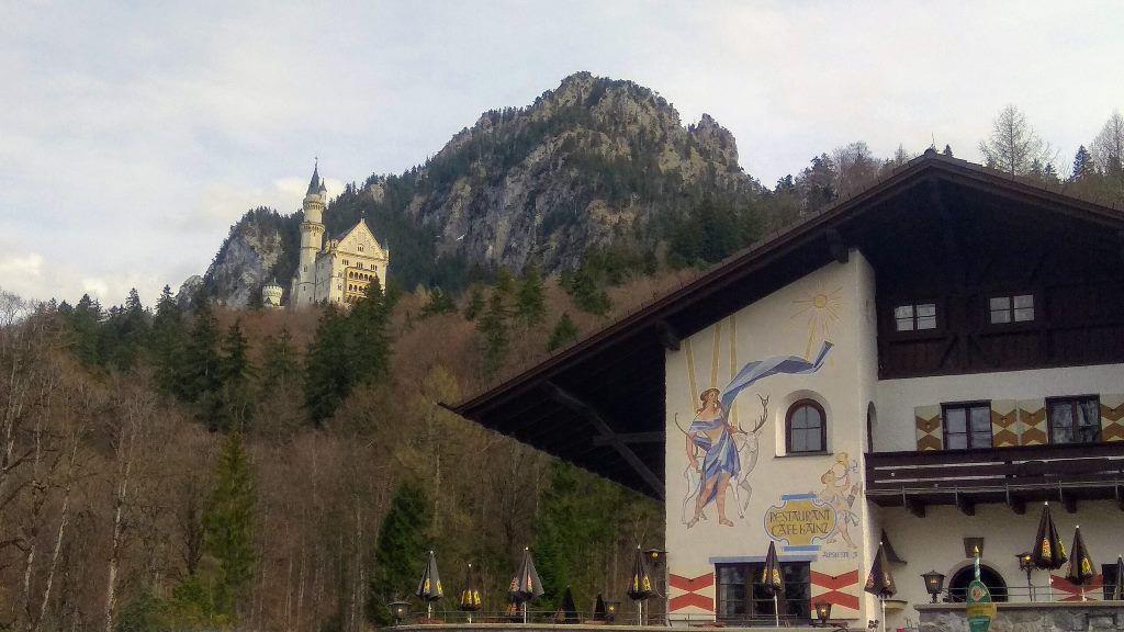 Вид на замок снизу от касс