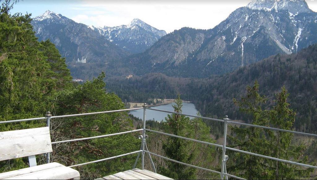 Вид со смотровой на озеро Шванзее и замок