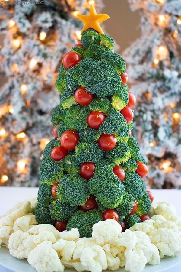 Новогодняя ёлка из брокколи и помидоров черри
