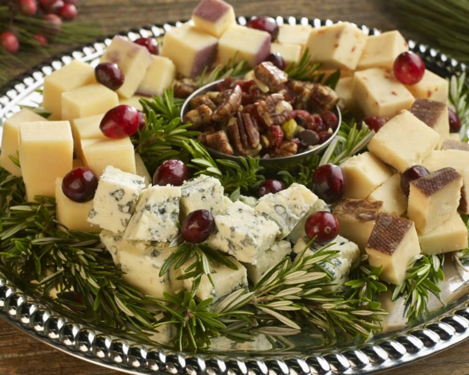 Сырная тарелка в форме рождественского веночка Меню на Новый год 2022