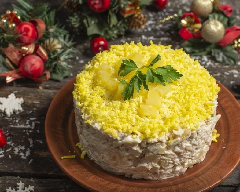 Новогодний салат с курицей и ананасом Меню на Новый год 2022