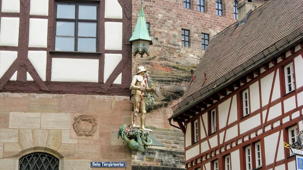 Статуя Св. Георгия на Доме Пилата, Нюрнберг, Бавария