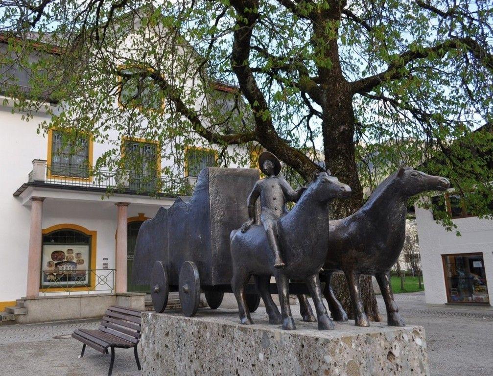 Скульптурный комплекс на площади перед зданием «Музей Обераммергау»