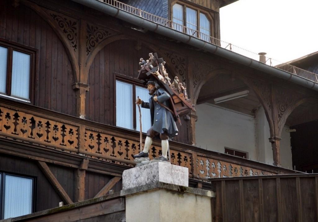 Бродячий торговец — коробейник (скульптура на площади Обераммергау (Бавария, Германия))
