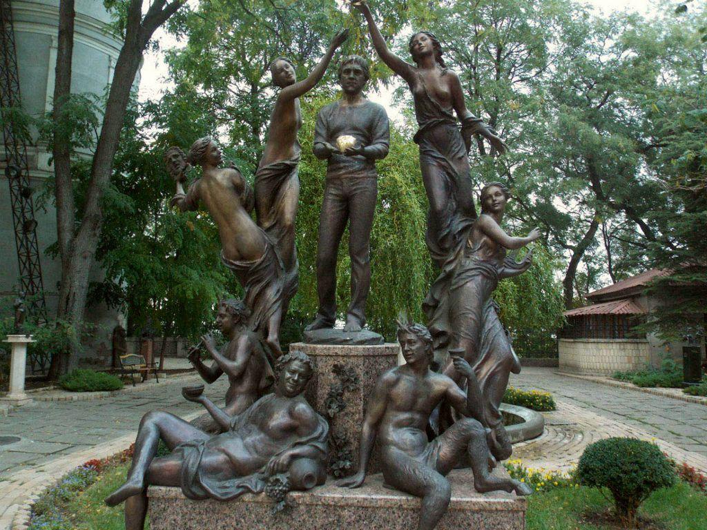 Памятник Высоцкому с золотым сердцем
