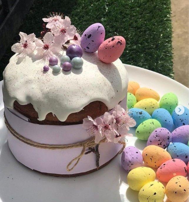 Пасха с белой глазурью и перепелиными цветными яйцами