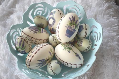 Пасха́льное яйцо́ — обрядовая пища и ритуальный символ в пасхальных обычаях