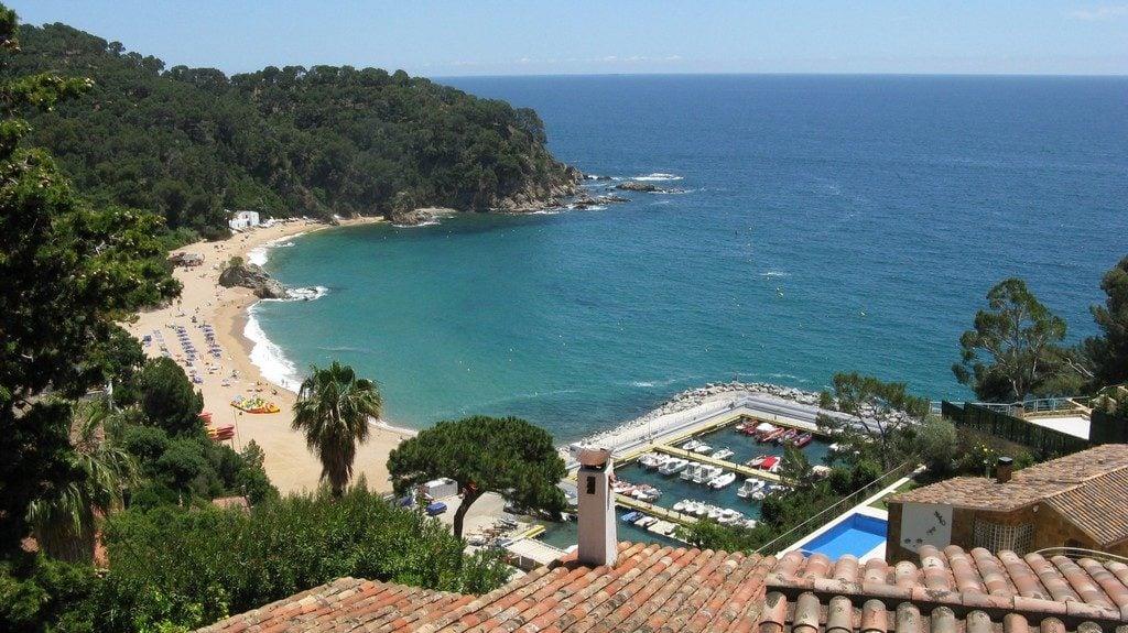 Пляж с голубым флагом Каньельеса (Canyelles) и яхтенная пристань