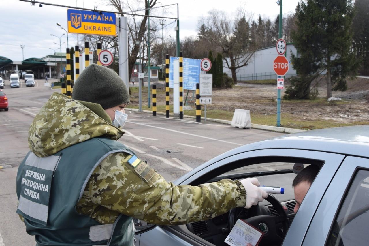 На украинских пунктах пропуска перед КПП в обязательном порядке измеряют температуру