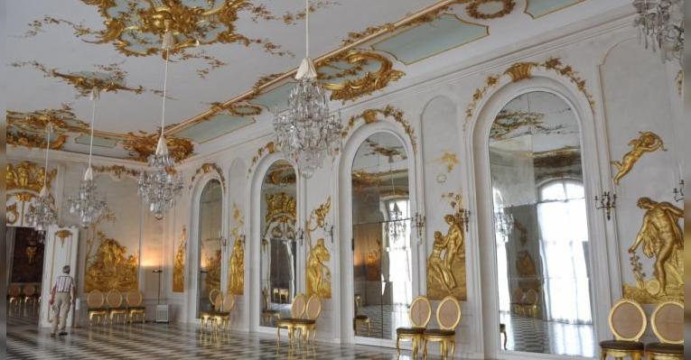 Внутренний великолепный интерьер Картинной галереи Сан-Суси