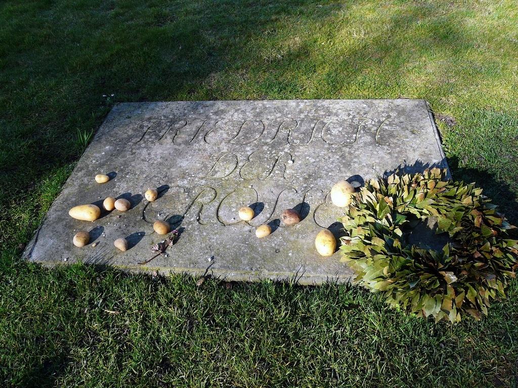 Могила короля Фридриха II Великого - Надгробная плита с картофелем на могиле Фридриха II