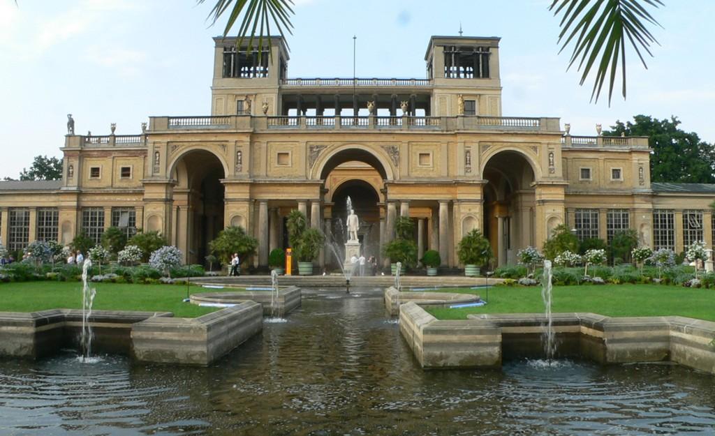 Оранжерейный дворец в стиле итальянского ренессанса со статуей Фридриха Вильгельма IV