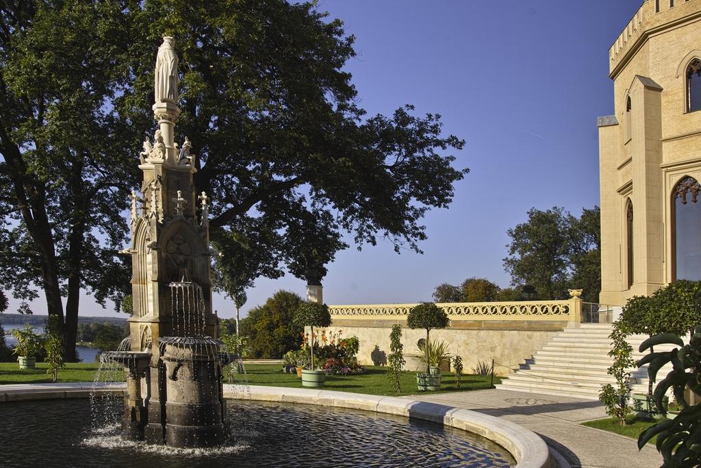 Фарфоровая терраса замка с городским фонтаном