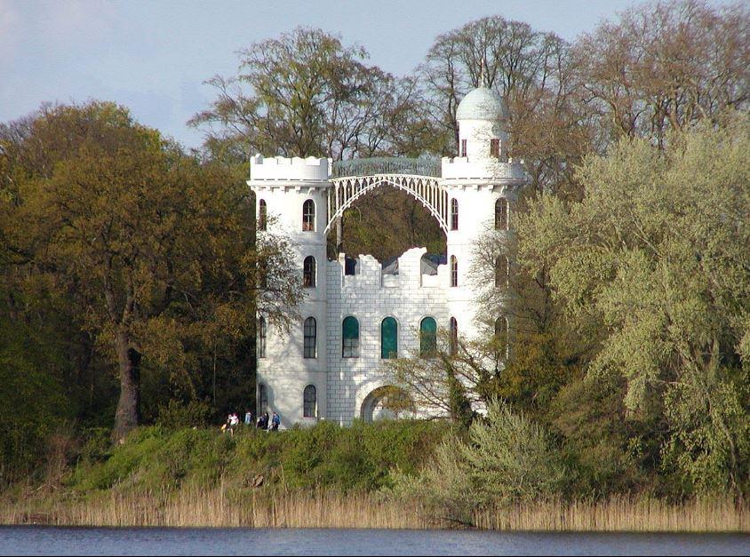 Белоснежный дворец на Павлиньем острове