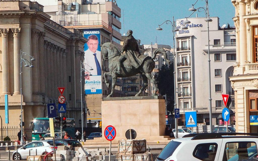 Площадь Революции с роскошным отелем «Атеней»
