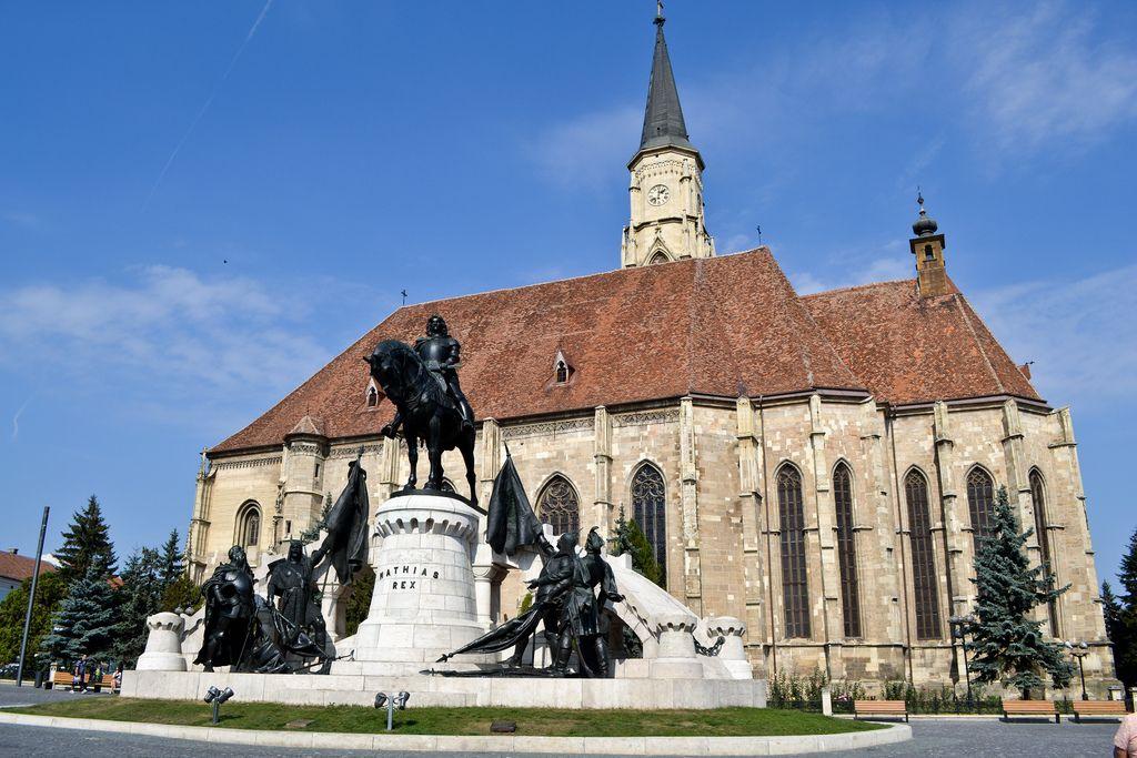 Церковь Святого Михаила и памятник королю Матьяшу Корвину, правившему в XVвеке