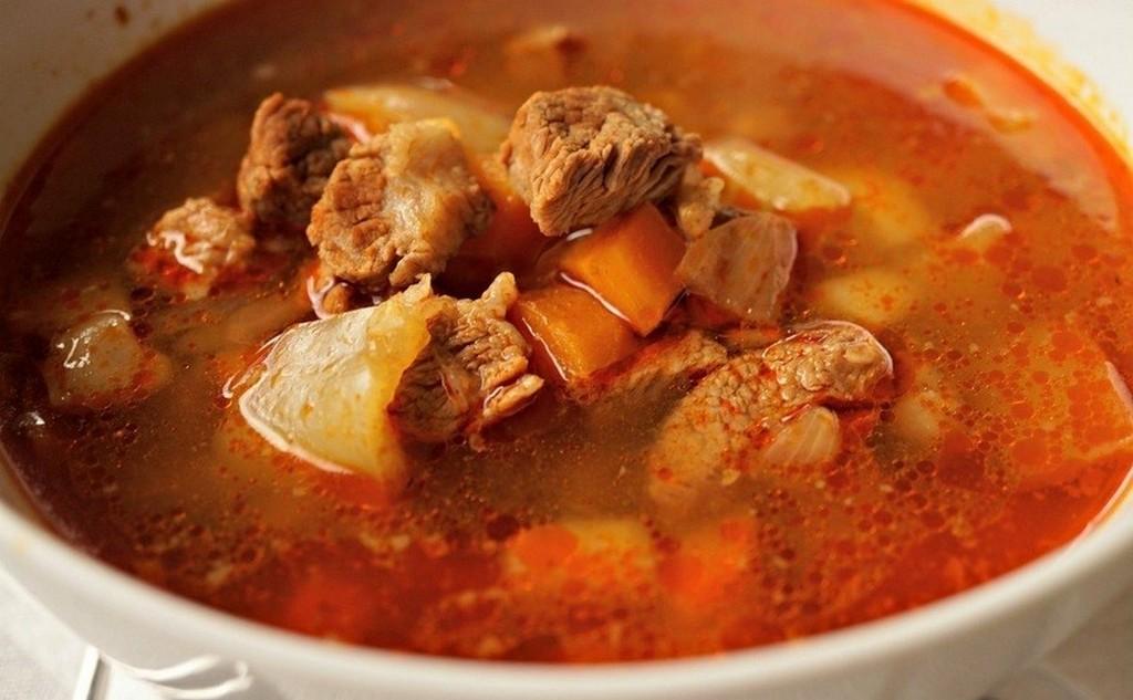 Бограч-гуляш, венгерское блюдо Сакура в Ужгороде 2020