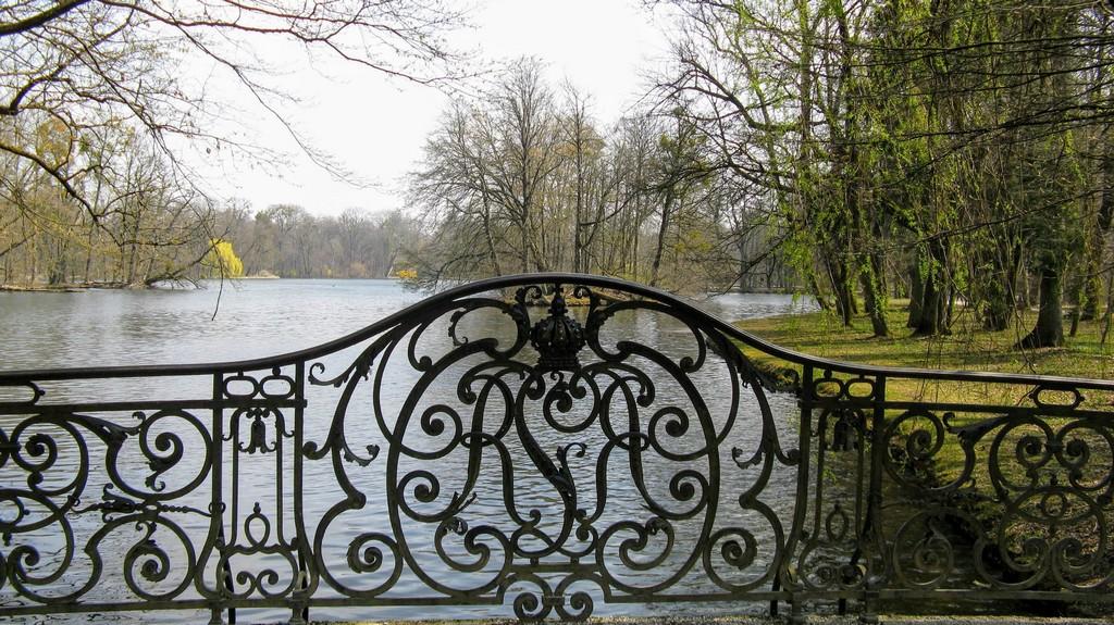 Вид с мостика на озеро в парке Нимфенбург