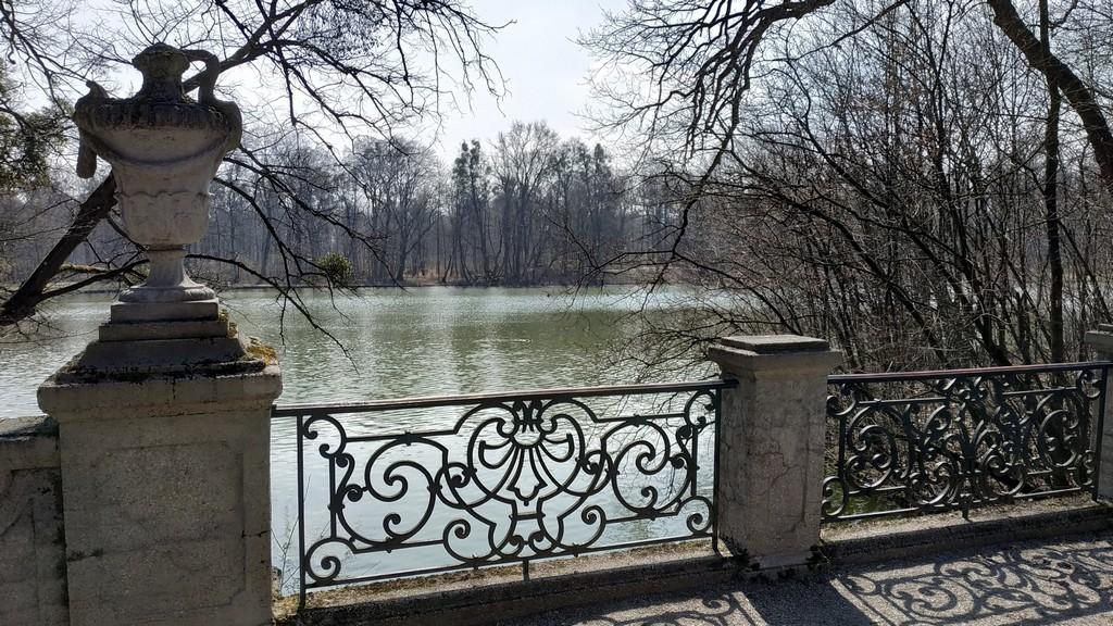 Озеро в дворцовом парке Нимфенбург