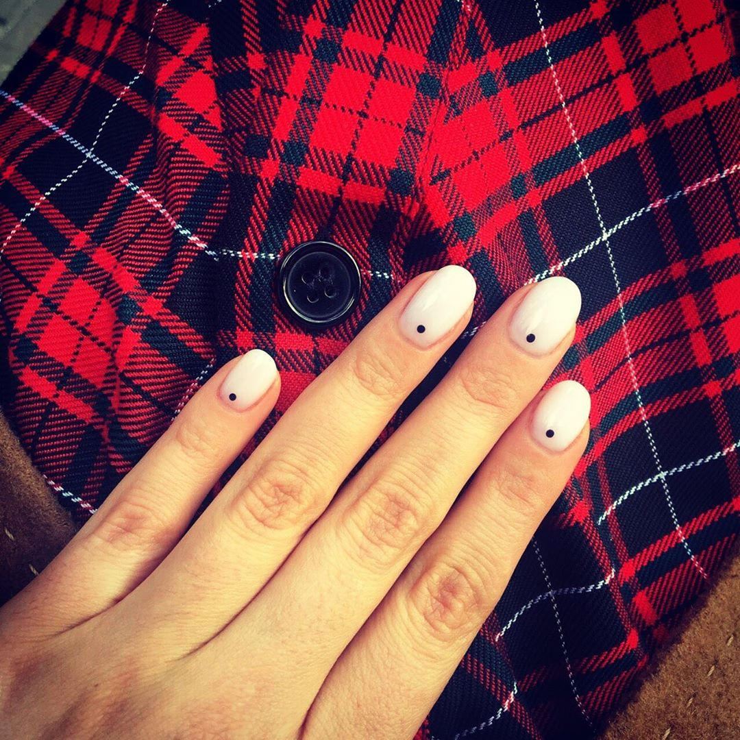 Белый минимализм - модный маникюр
