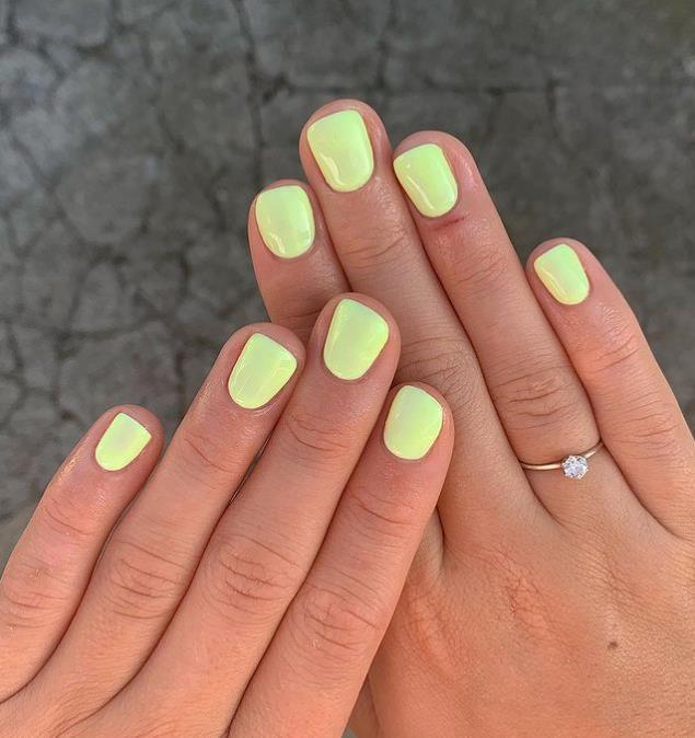 Желто-зеленая пастель - однотонный маникюр