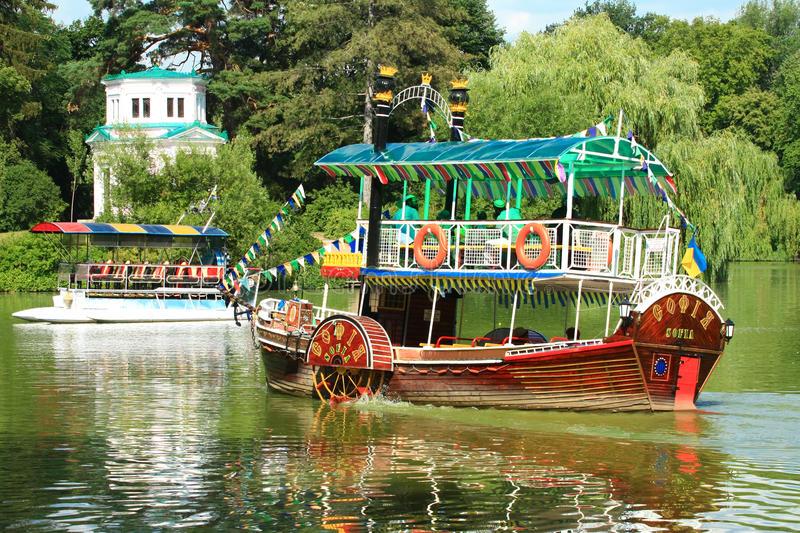 Вокруг острова любви на пароходике с колесным ходом