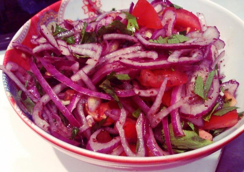 Луковый салат с гранатовым соусом