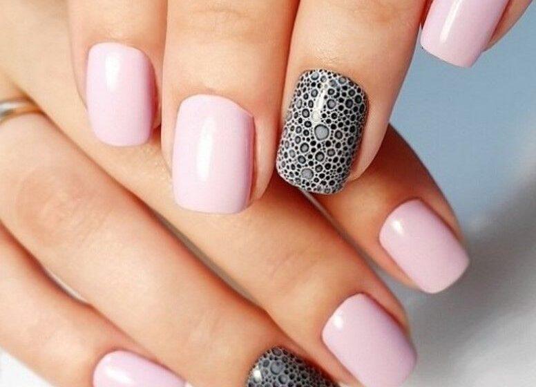 Нежно-розовый маникюр с пенным на безыияннм пальце