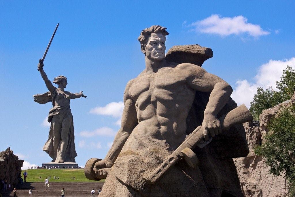 Монумент «Родина-мать зовёт!» и скульптура «Стоять насмерть» на Мамаевом кургане , Сталинград героический город