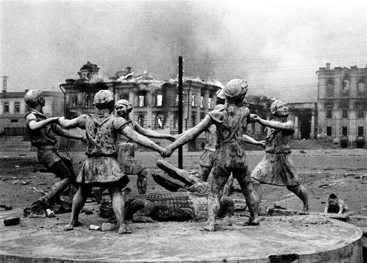 23 августа 1942 года, город Сталинград – фонтан «Детский хоровод» («Бармалей», «Танцующие дети»)