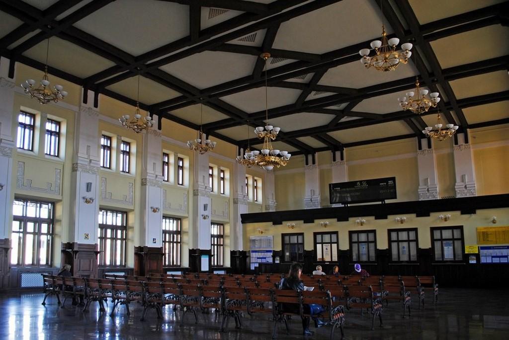 Зал ожидания железнодорожного вокзала в Жмеринке