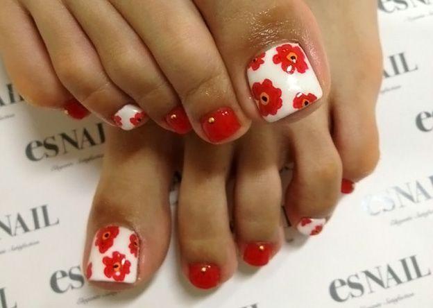 Яркие цветочки в бело-красном дизайне