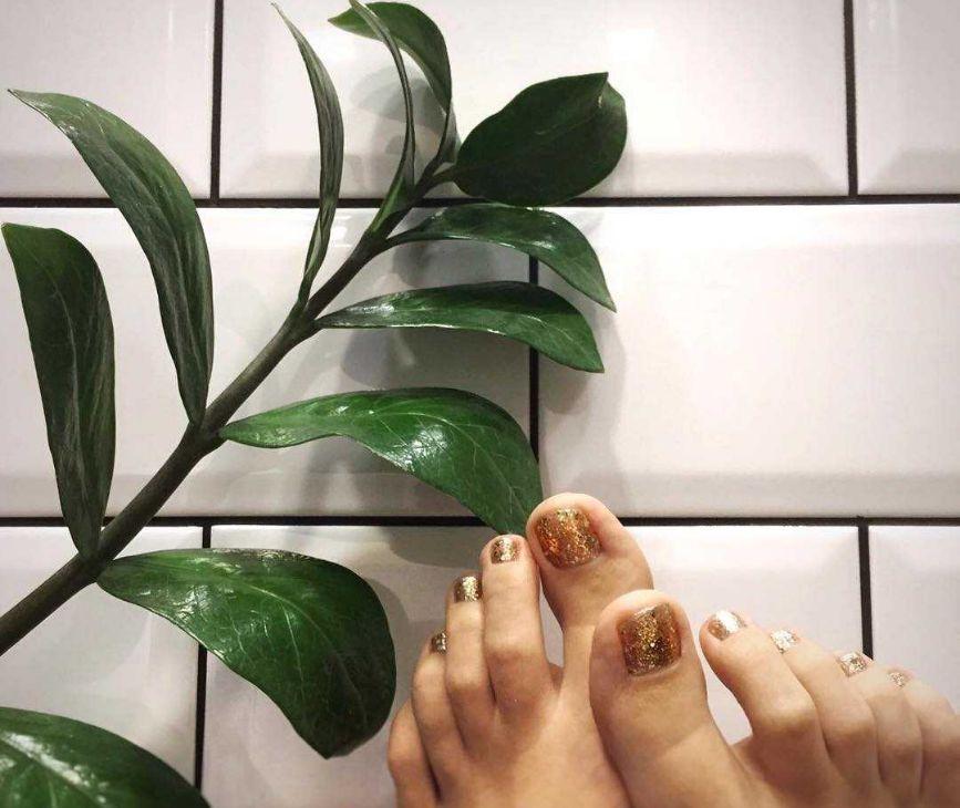 Однотонный дизайн  - золото с голографическими блестками