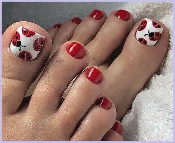 Красный педикюр с божьими коровками на белом большом ногте