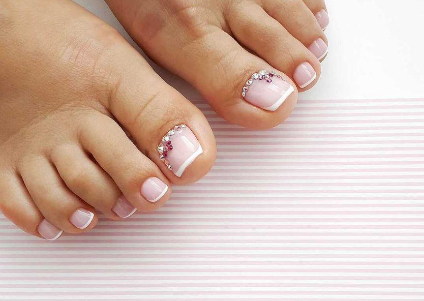 Нежный розовый френч  со стразами на большом пальце