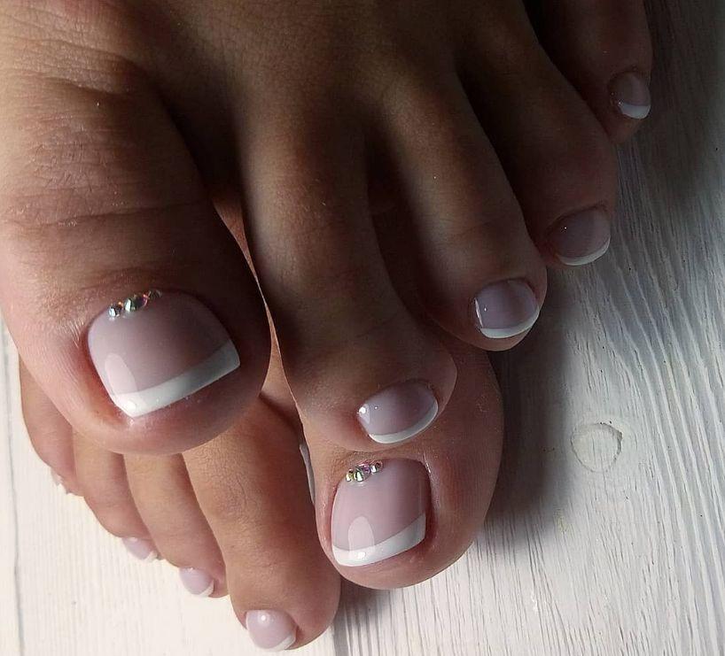 Педикюр - розовый френч со стразами на большом пальце