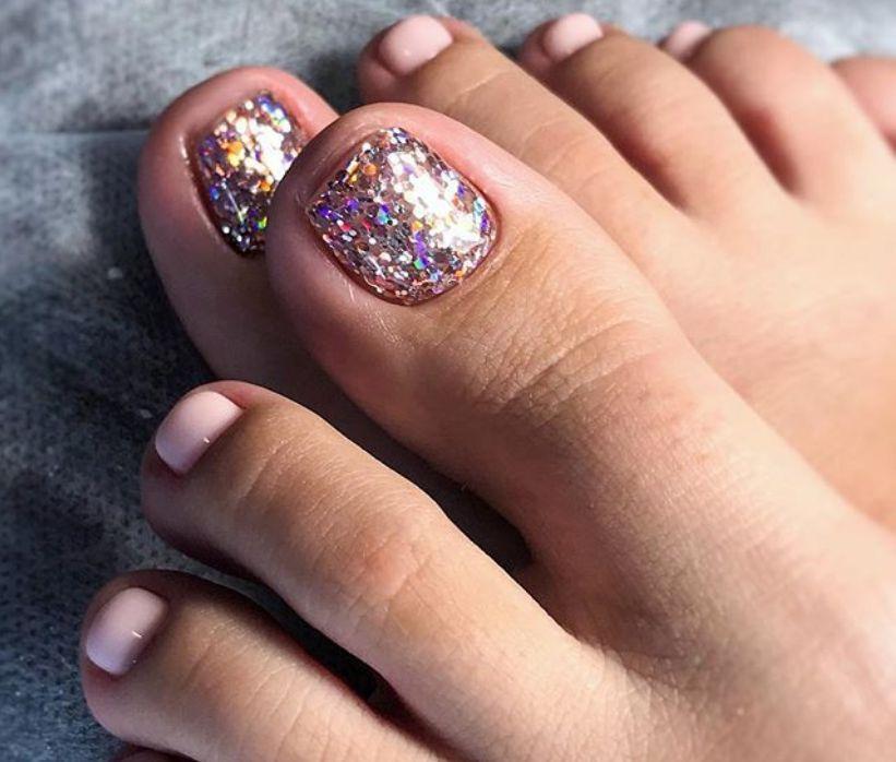 Розовый однотонный образ с ярким большим ногтем с цветными голографическими блестками